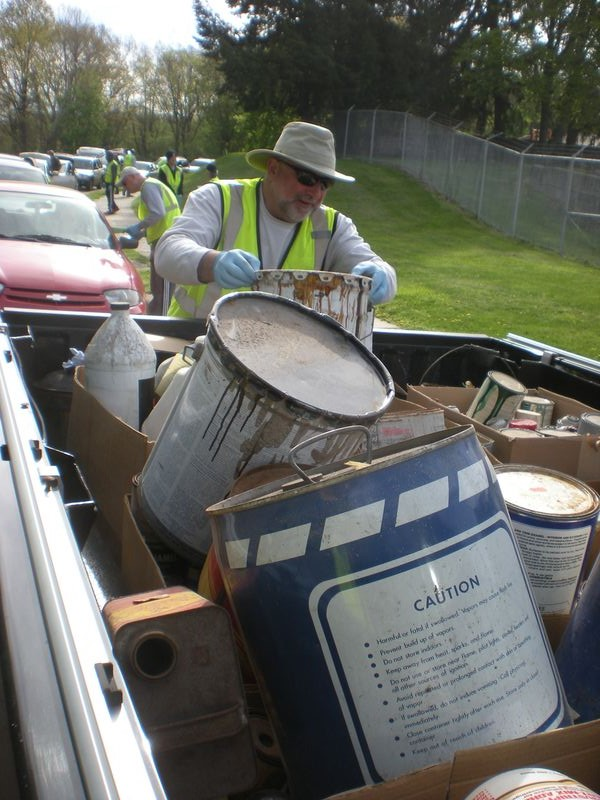 4-volunteer-checks-pick-up-truck